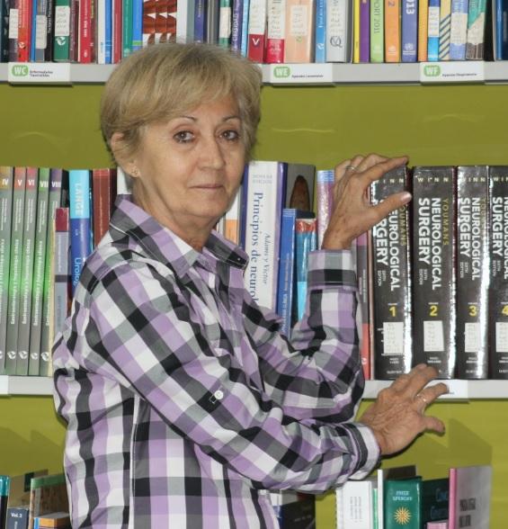 Lic. María Luisa Rodríguez, conocida por sus amigos como Mawi, en la Biblioteca de Ciencias Médicas en La Habana.